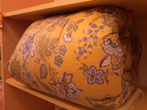 金色っぽい地色で、品格のある柄模様の布団です。
