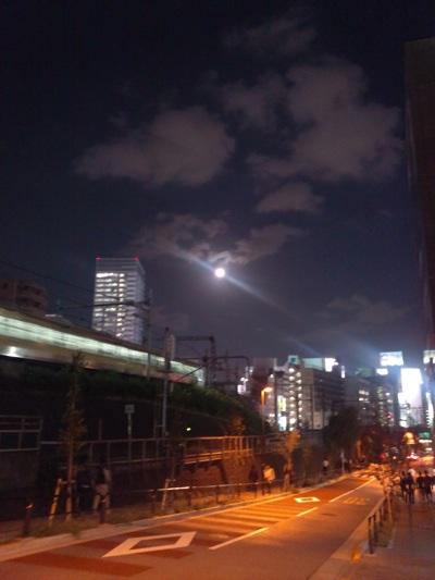 お茶の水駅近くの坂から見上げたお月様。