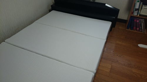「ロータイプのベッドフレームに設置しました。」