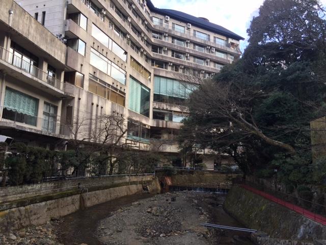 「ホテルの間に川が流れていました。」