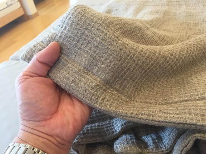 「デメリットのシワになりやすい点も、ワッフル織りだと気になりません。」