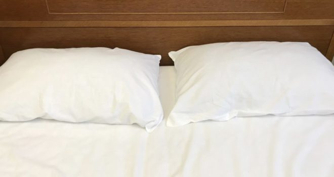ダブルベッドの枕